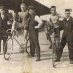 1925 erbaut Bahn im Schwelgern-Stadion Hamborn, rechts mit Pokal Fritz Theismann,