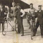 1925-erbaut-Bahn-im-Schwelgern-Stadion-Hamborn-rechts-mit-Pokal-Fritz-Theismann-150x150